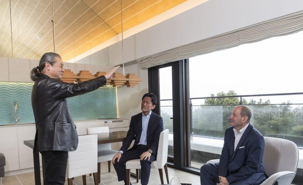 「この眺望を借景として空間に取り入れたかった」と語る橋本氏(左)。HGVデザイン&建築担当者であるマイケル・ウィーニック氏(右)、HGVシニアディレクターの足立泰氏(中央)も橋本さんの説明に納得の様子。