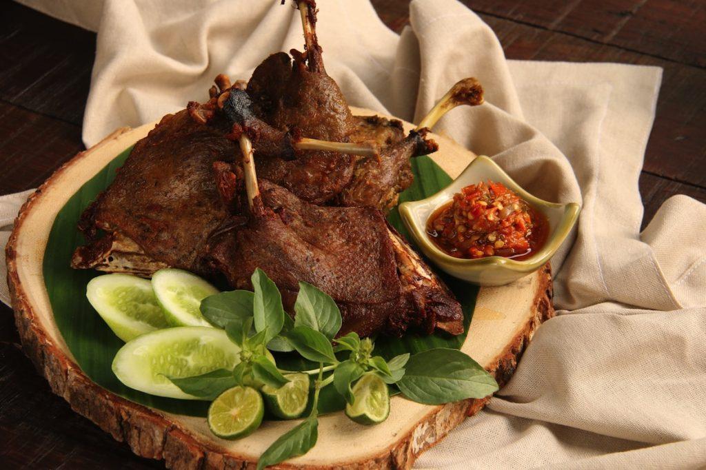 バリ島の田園リゾート、ウブドで味わうアヒル料理