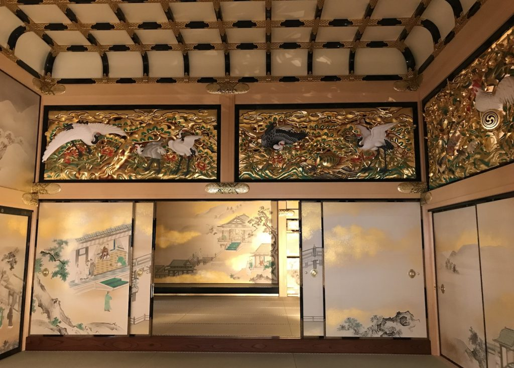 上洛殿。三代将軍家光の上洛に合わせ新築した建物。手前の部屋が一之間、奥の一段高い部屋が家光の御座所となった上段之間。天井板絵や豪華な彫刻欄間、飾り金具等で彩られ、もっとも豪華な部屋です。