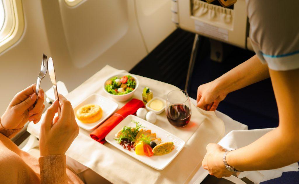 機内食は、くれぐれも食べ過ぎに注意!
