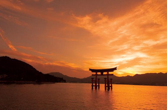 美しい夕景に浮かぶ広島の厳島神社