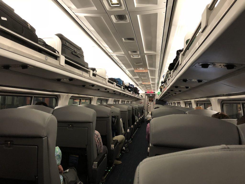 アムトラックの車内は、日本の新幹線よりもゆったりとしたつくり。