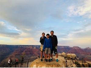 グランドキャニオンの壮大な絶景と共に記念撮影