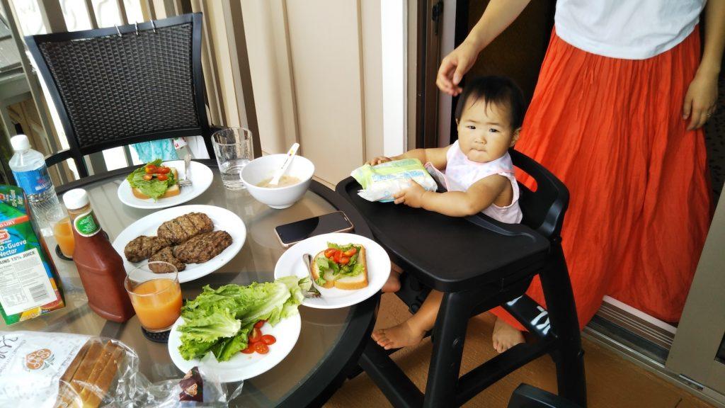 ラナイでの朝食に、お嬢様もご満悦