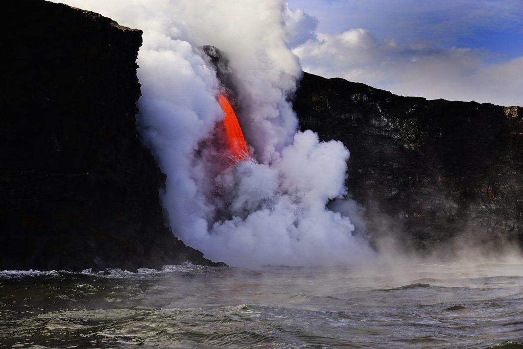 ハワイ島、溶岩が海に流れ込む様子