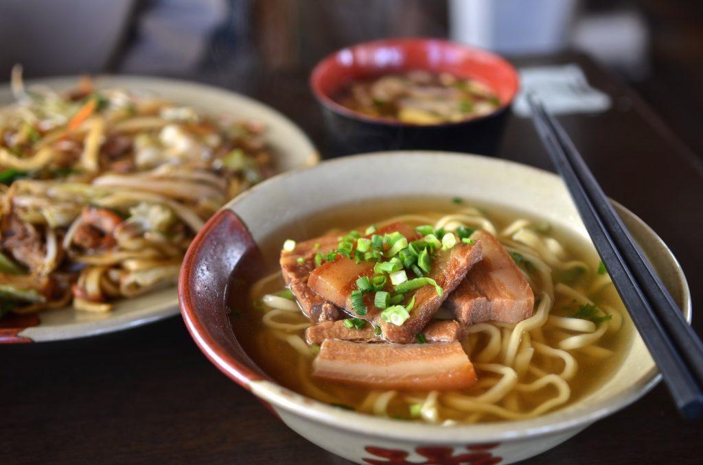 まずは、沖縄県民のソウルフード「沖縄そば」を食べ比べ