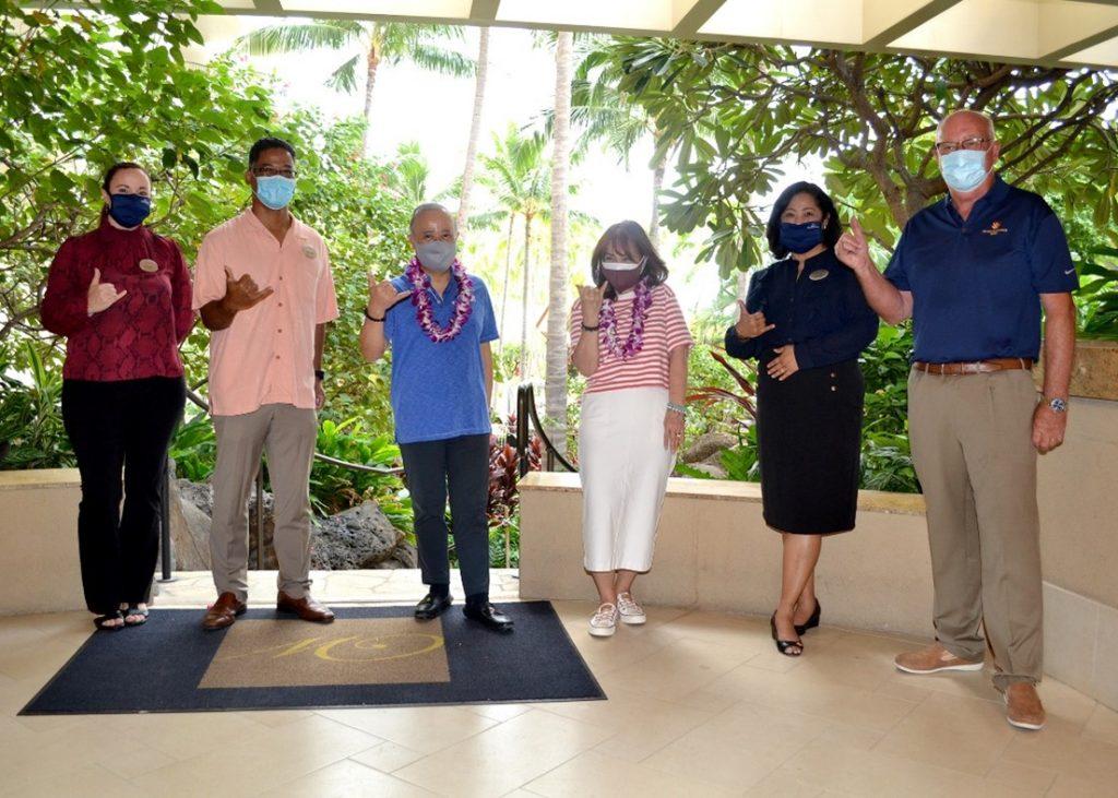 ハワイのリゾートスタッフと記念写真