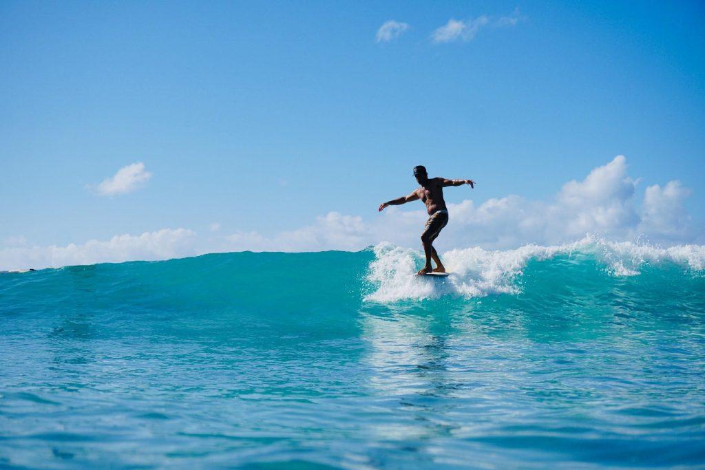 1日目:日中はサーフィンを楽しみ、夜はハワイアンミュージックを満喫