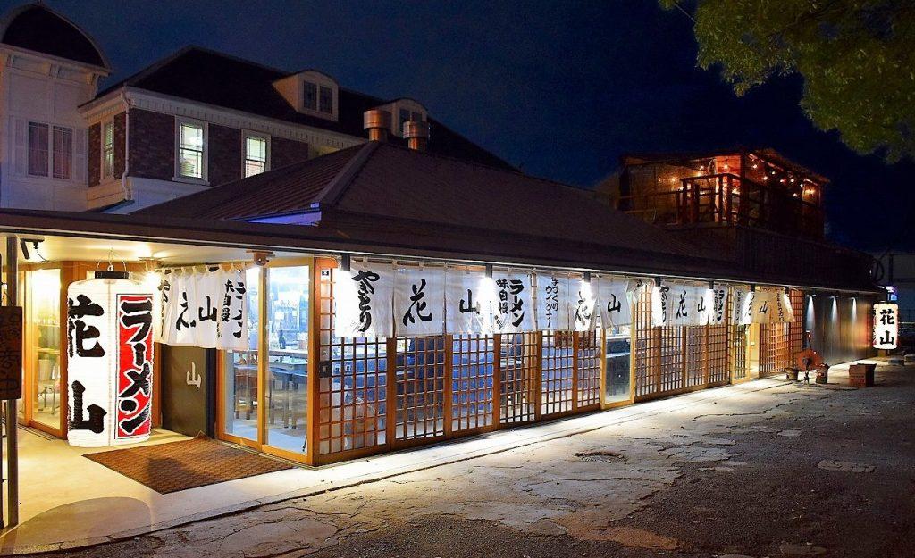 この6月、改装されたばかりの店構え。写真提供/花山